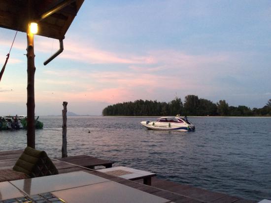 سينسير جست هاوس آند ريستورانت: Eat and drink overlooking the estuary.