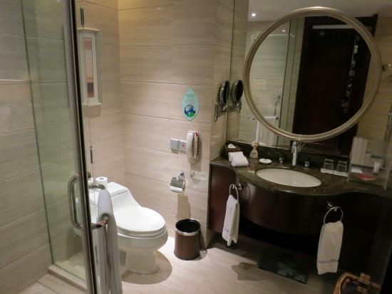Howard Johnson Riverfront Plaza Fuzhou : Bathroom in standard double room #6023