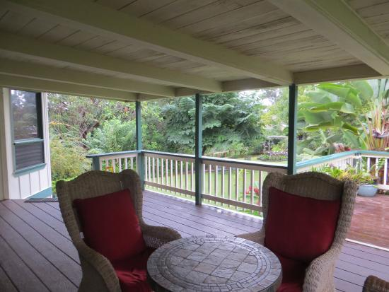 Kauai Country Inn: The private veranda of the Green Rose Suite