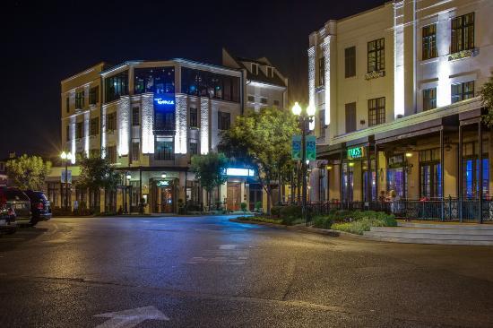 River Inn of Harbor Town: night time at River Inn