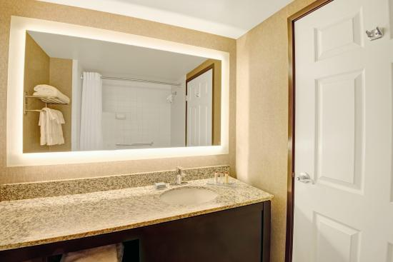 Wingate by Wyndham Cincinnati/Blue Ash: Guest Bathroom