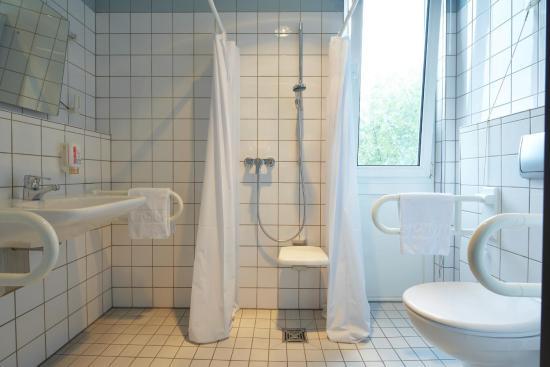 IntercityHotel Gelsenkirchen: Badezimmer Handicap Room