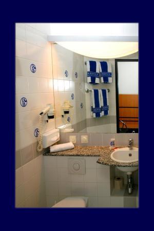 IntercityHotel Gelsenkirchen: Badezimmer Schalke Room