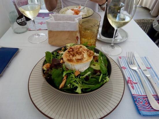 Aderezzo: Salade au fromage de chèvre accompagnée d'un bon verre de vin blanc
