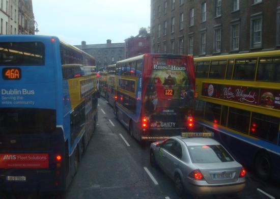 Charleville Lodge: nog nooit zoveel bussen in een stad gezien!