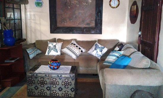 Hluhluwe Backpackers: Lounge /TV area