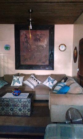 Hluhluwe Backpackers: Lounge /Tv area