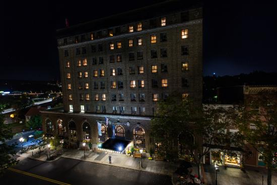 Historic Hotel Bethlehem: Hotel at night