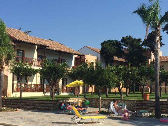 Omega Platanias Hotel Village: Pool area and view of rooms