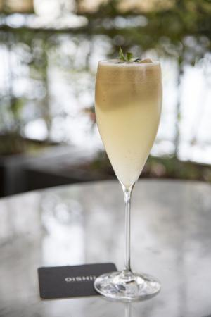 Toshi Restaurante Nikkei: Cóctel Oishii: sake, pisco, lychee, hierba buena y piña.