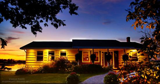 Stratford, Canada: The Boathouse B&B at dusk
