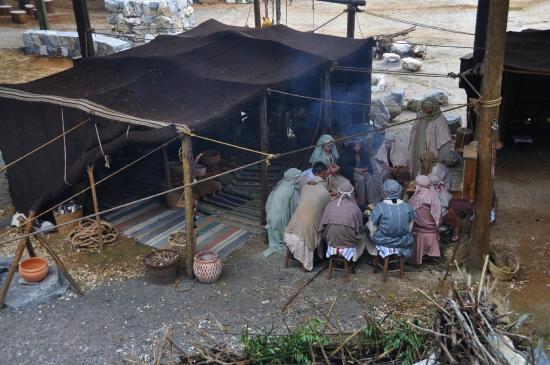 LaGrange, Gürcistan: Volunteers recreating what a tent-side dinner would look like.