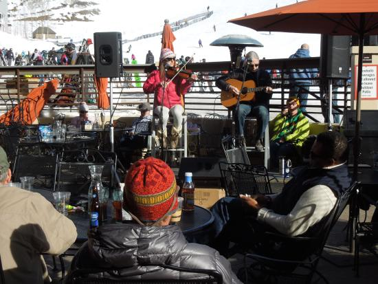 The Ruby of Crested Butte - A Luxury B&B: Great live music on lodge patio