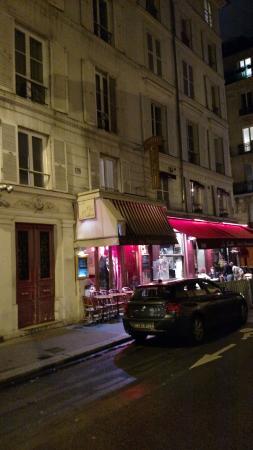 Chez Julien: Exterior do restaurante, na rue Mabillon: cordeiro preparado por sete horas