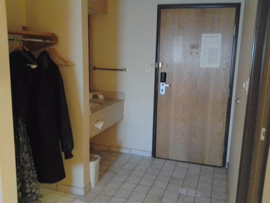 Comfort Inn: Dressing area next to the door