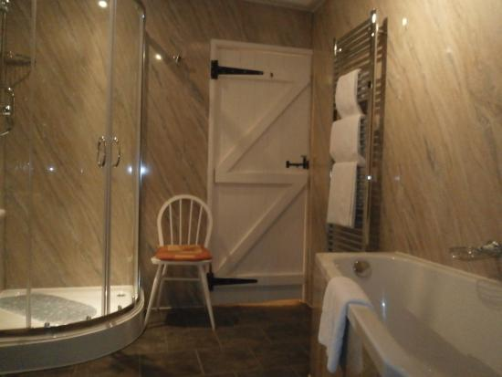 Aynsome Manor Hotel: Twin Room's Bathroom in Annex