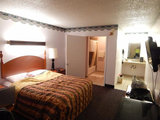 Colonial Inn: Clean, spacious room and everything worked