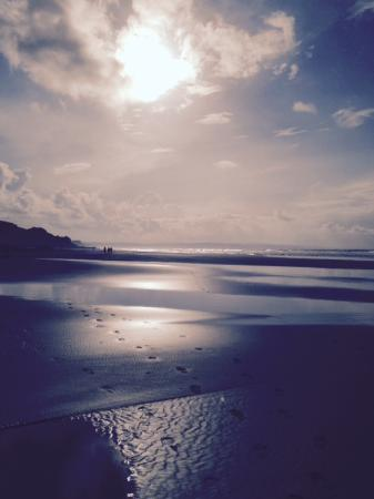 Stibb, UK: Footsteps in the sand at Sandymouth Beach