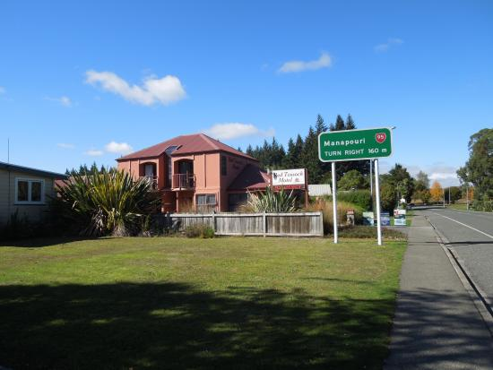 Red Tussock Motel: View of entrance and adjacent lake-front road