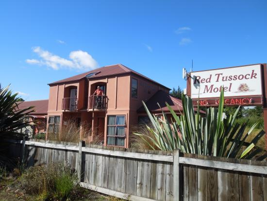 Red Tussock Motel: Good balcony on first floor with view of the lake and mountains