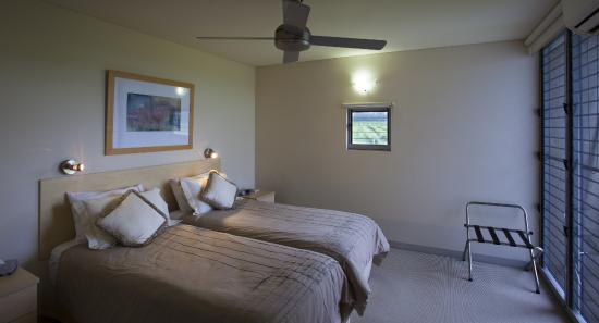 Adina Vineyard & Olive Grove: Bedroom with twin beds
