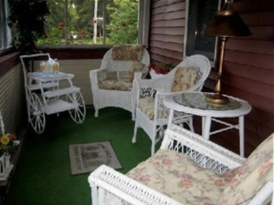 The Milkhouse Bed and Breakfast: Screen in porch