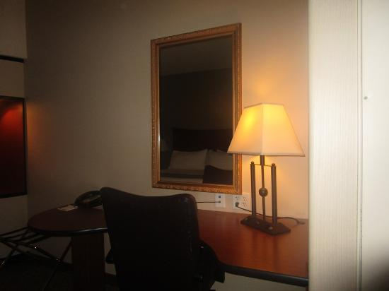 Holiday Inn Express & Suites Lincoln-Roseville Area: desk