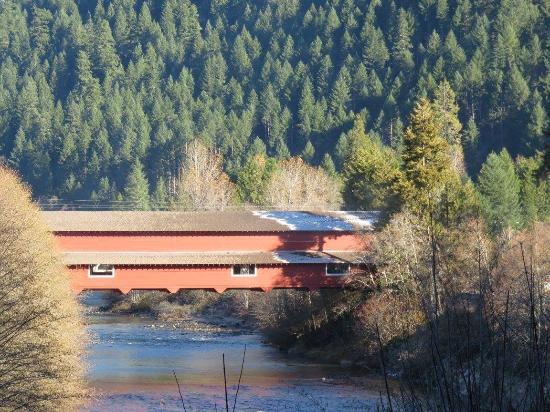 Oakridge, Oregón: Office bridge spans river