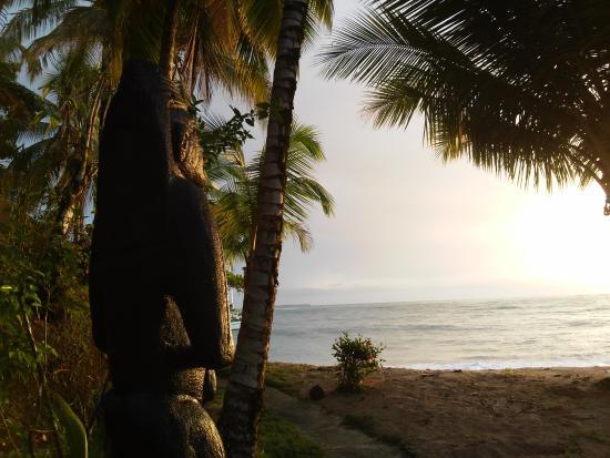 Popa Paradise Beach Resort: enorme escultura frente a la playa