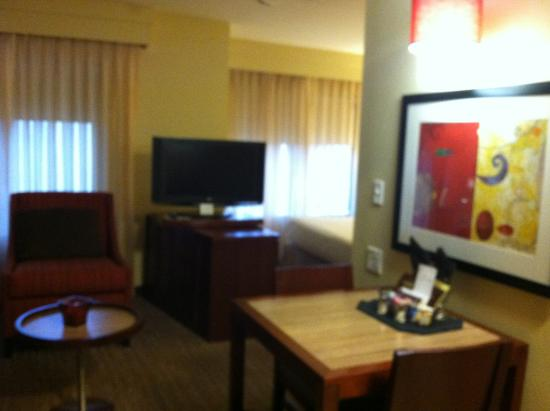 Residence Inn Sacramento Downtown at Capitol Park: dining table + TV