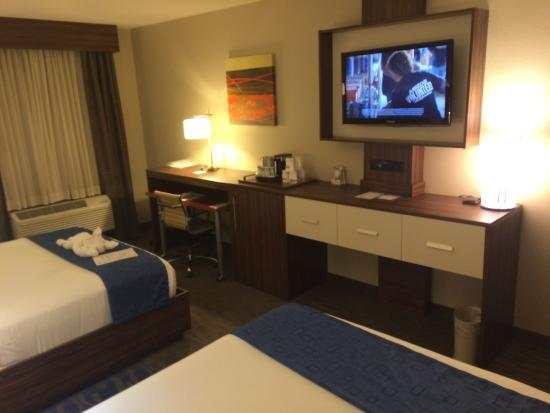 Holiday Inn Express: Room - TV, Desk, Coffee