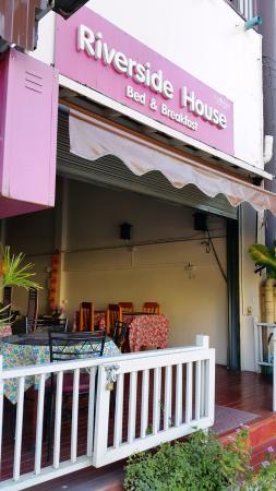 Riverside House: cool breezy breakfast area