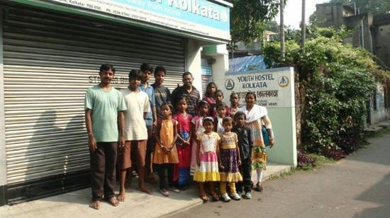 Youth Hostel Kolkata: Children in front of Kolkata Youth Hostel with the caring staff