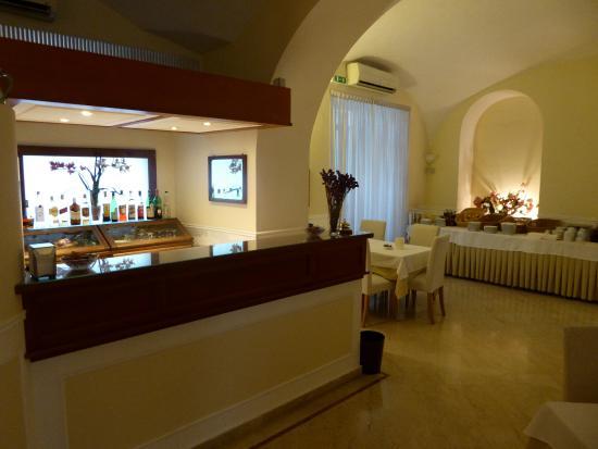 Plaza Hotel: breakfast room and bar