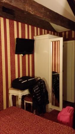 Alcyone Hotel: armadio/TV