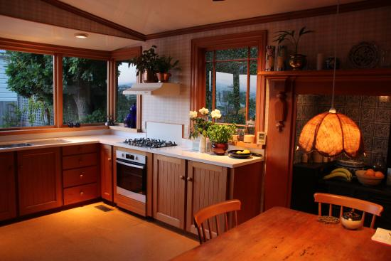 Gardens Homestay : Kitchen