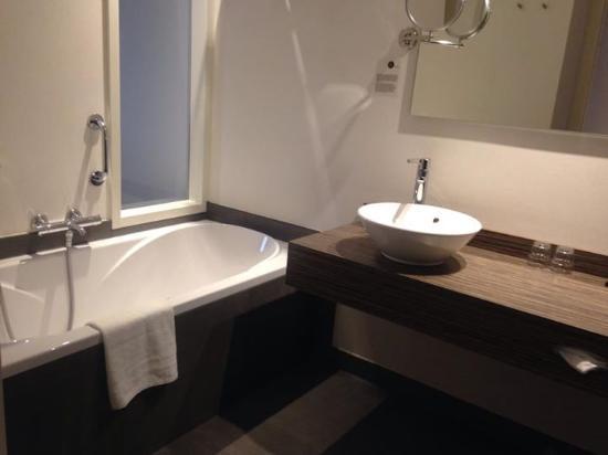 Mooie ruime badkamer. Je kan vanuit het bad TV kijken. - Foto van ...