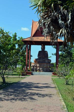 Preah Norodom Sihanouk-Angkor Museum : A great Buddha dominates the entrance area of The King Norodom Sihanouk-Angkor Museum.
