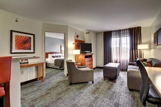 Staybridge Suites Madison East: King Bed Guest Room