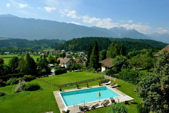Landhaus Knura: Blick von oben auf Pool und Garten