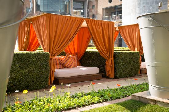 African Pride Melrose Arch Hotel: Day beds at the swimming pool