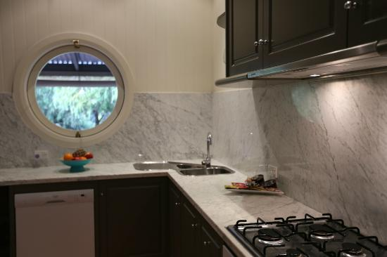 Rhyll Haven Luxury Apartments and B&B: Fully equipped kitchen with porthole window to verandah