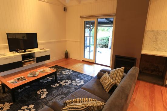Rhyll Haven Luxury Apartments and B&B: Comfy sofa with door open to private verandah