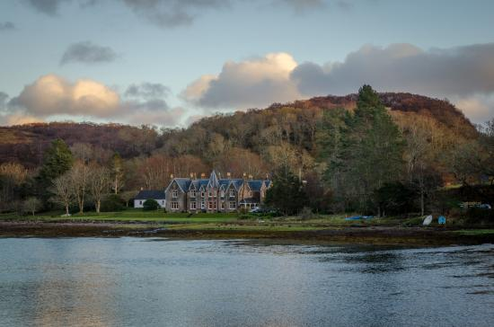 Gairloch, UK: Lodge at the edge of the Loch