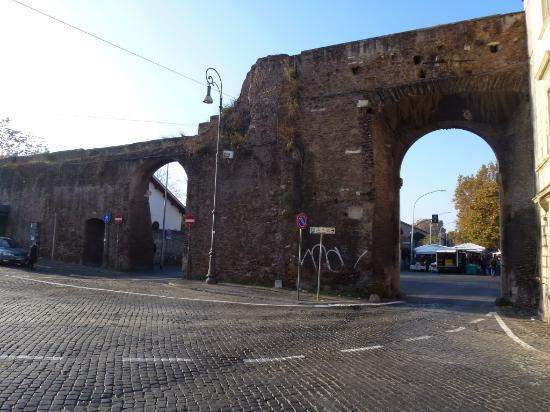 Outside the porta portese city gate is the market - Porta portese roma case ...