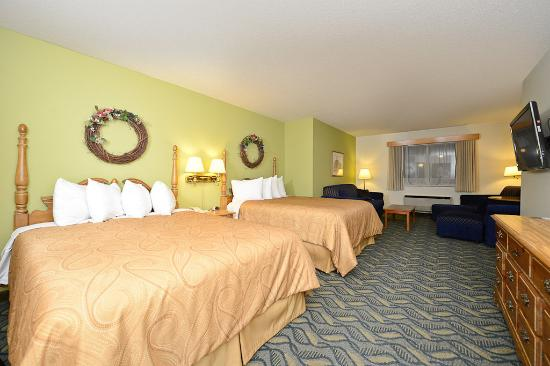 Red Wing, MN: Two Queen Bed Room