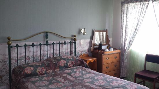 Dullstroom Inn: Bedroom with coffee
