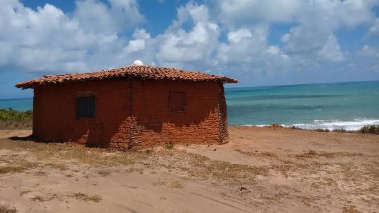 Baia da Traicao, PB: Casinha no alto da praia das Cardosas