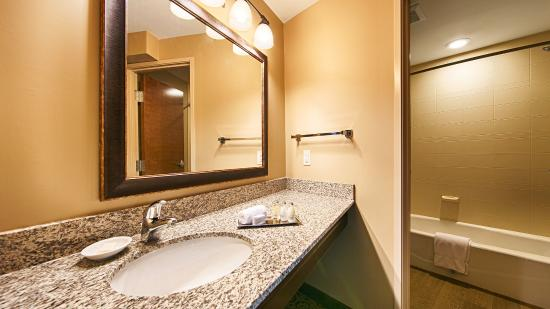 BEST WESTERN PLUS Intercourse Village Inn & Suites: Guest Bathroom