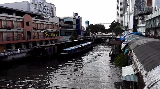 Bangkok City Inn: Остановка на реке рядом с отелем